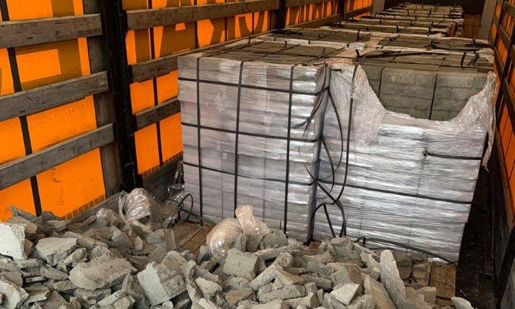 Фура с цементными блоками
