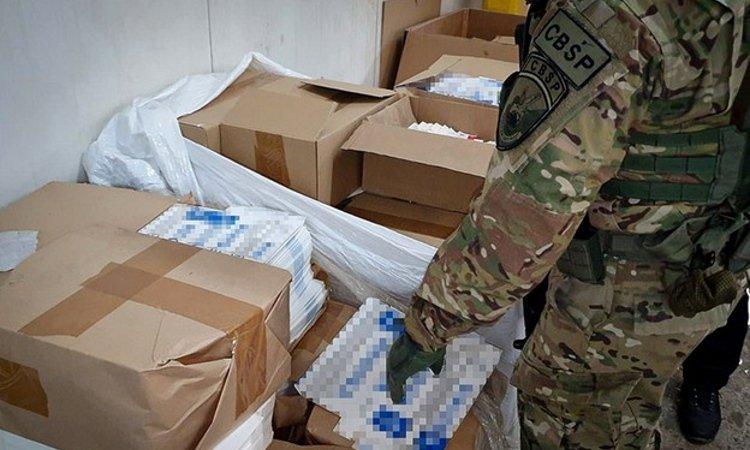 Готовые пачки сигарет упакованы в коробки