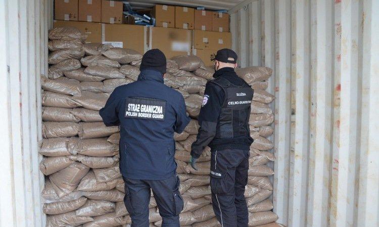 Сигареты внутри контейнера из Беларуси
