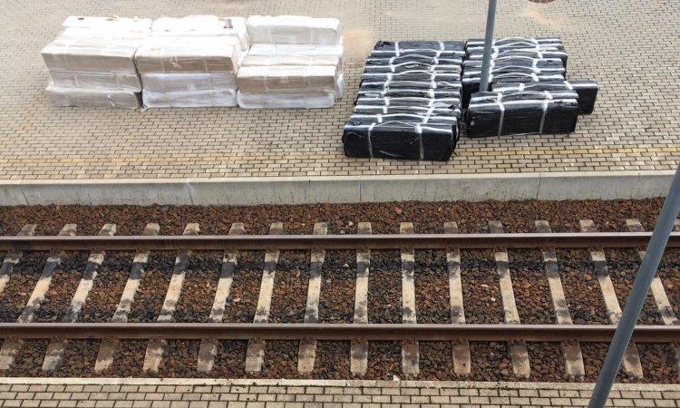 Коробки контрабандных сигарет на станции в Вильнюсе