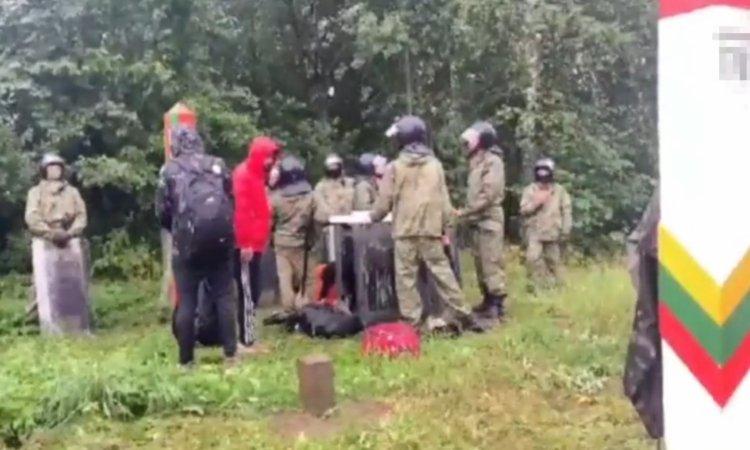 Мигрантов c территории Беларуси насильно пытаются заставить перейти границу с Литвой [видео доказательство]
